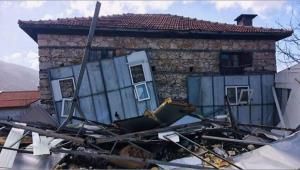 Evin çatısı uçtu