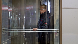 İş merkezinin asansöründe mahsur kaldı