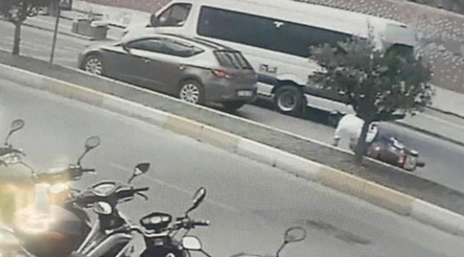 Otomobile motosikletiyle çarptı