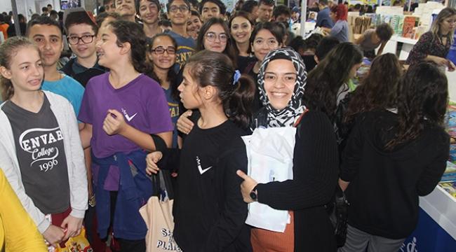 Öğrenciler Kitap Fuarı'nda