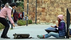 Antalya sokaklarında harçlığını topluyor
