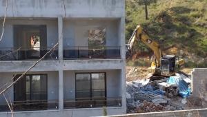 Adrasan'da kaçak yapılar yıkılıyor