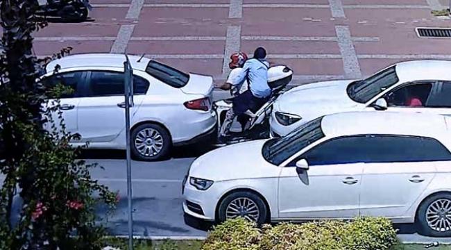 Motosiklet iki otomobilin arasında kaldı
