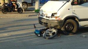 Minibüs motosiklete çarptı