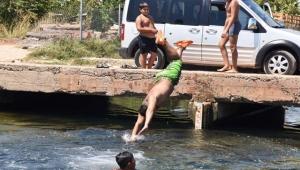 Tehlikeye rağmen girdikleri sulama kanalının temizlenmesini istediler