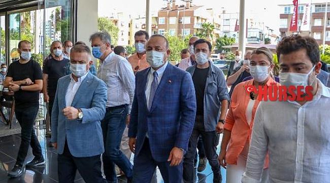 Bakan Çavuşoğlu'ndan Böcek'in tedavi gördüğü hastaneye ziyaret