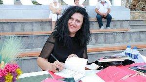 Eğitimci yazar şiir kitaplarını imzaladı
