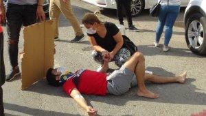 Anne, ağır yaralanan oğlunun elini bir an bırakmadı