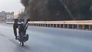 Motosiklet sürücüsünün tehlikeli yolculuğu kamerada