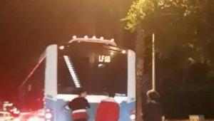 Patenli gençler otobüsün arkasına tutunarak ilerledi