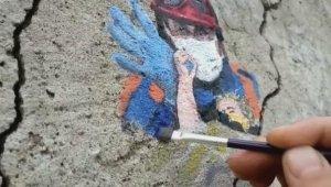 Minik Elif'in enkazdan kurtarılma anını, duvara resmetti