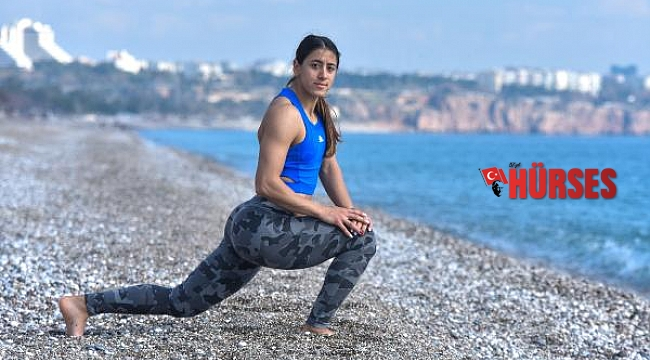 Rekortmen atlet, sahilde koşarak olimpiyata hazırlanıyor