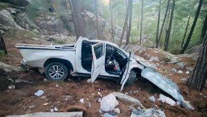 Kamyonet 50 metrelik uçuruma yuvarlandı: 2'si turist 5 ağır yaralı