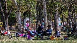 Antalya'da, 82 saatlik kısıtlama öncesi sahil keyfi