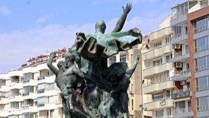 Antalya'nın simgelerinden olan Ulusal Yükseliş Anıtı'nın rengi beyazlaştı