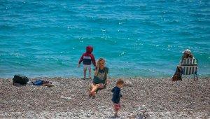 Kısıtlama öncesi Konyaaltı Sahili'ne akın ettiler