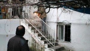 Merdivendeki demir çıkıntı eline saplandı