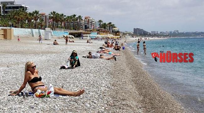 Tam kapanmanın son gününde turistler sahile akın etti