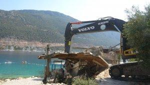 Kaş'ta kıyı işgali yapan işletme yıkıldı, plaj vatandaşa ücretsiz açıldı