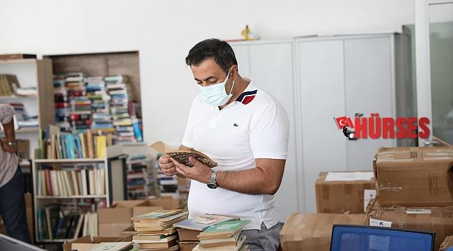 Prof. Dr. Tuncer Baykara'dan ALKÜ'ye kitap bağışı