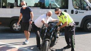 Motosiklet ile halk otobüsü çarpıştı: 1 yaralı