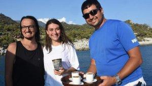 Denizden çöpü getiren kahveyi içiyor