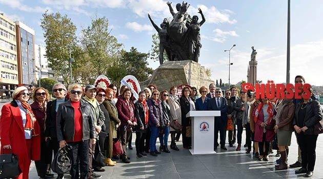 Kadınlardan Atatürk Anıtı'na çelenk