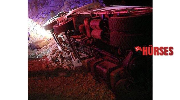 Devrilen kamyonun şoförü yaralandı
