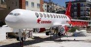 Havalimanına 11 metrelik oyuncak uçak