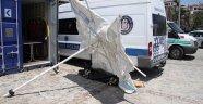 Antalya'da cesede şemsiyeli koruma