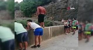 Gençlere 'cesaret dersi vereceğim' deyip 35 metreden atladı