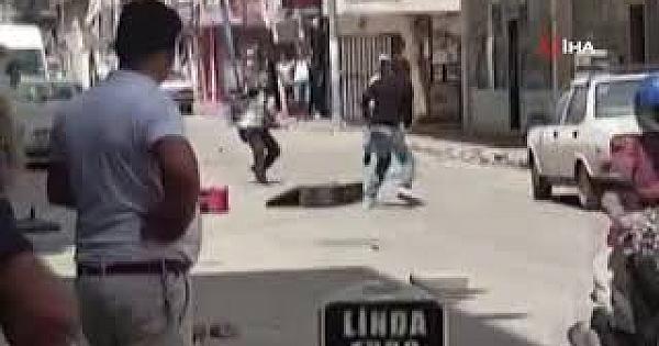 Sokak ortasında bavullu, kaldırım taşlı, sopalı kavga