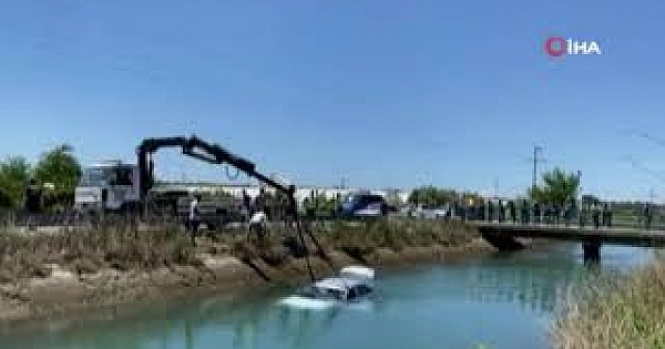 Sulama kanalına uçan otomobilden kendi imkanlarıyla kurtuldu