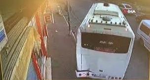 Geri geri gelen midibüs iş yerine girdi, şoför aracından bile inmeden uzaklaştı