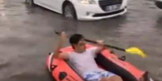 Göle dönen sokaklarda rafting