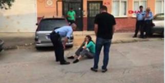 Kocasını bıçaklayarak öldürdü; yolda otururken bulundu