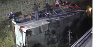 Yolcu otobüsü, refüjdeki kanala devrildi: 7 ölü, 28 yaralı