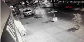 Kazada otomobilden fırlayan sürücü, aracın altında kalmaktan son anda kurtuldu