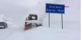 Akseki'de 30 mahalle yolu kapandı, Alacabel'de kar kalınlığı 1,5 metre oldu